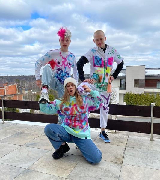 Фото №1 - Как сделать граффити на одежде как у ребят из Dream Team House