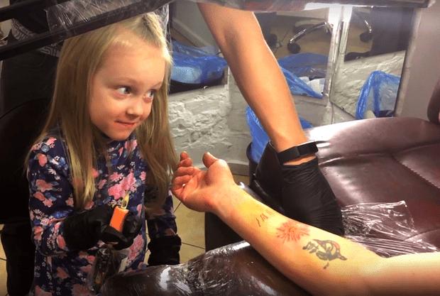 Фото №1 - 4-летняя девочка сделала папе настоящую татуировку