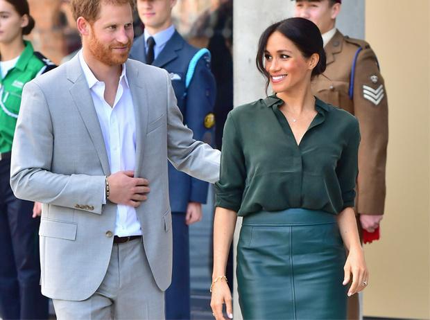 Фото №4 - 10 кожаных юбок как у Меган Маркл, которые сочетаются со всем