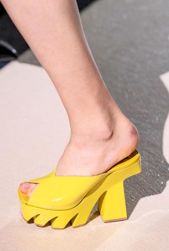 Фото №15 - Самая модная обувь весны и лета 2020: советы дизайнеров