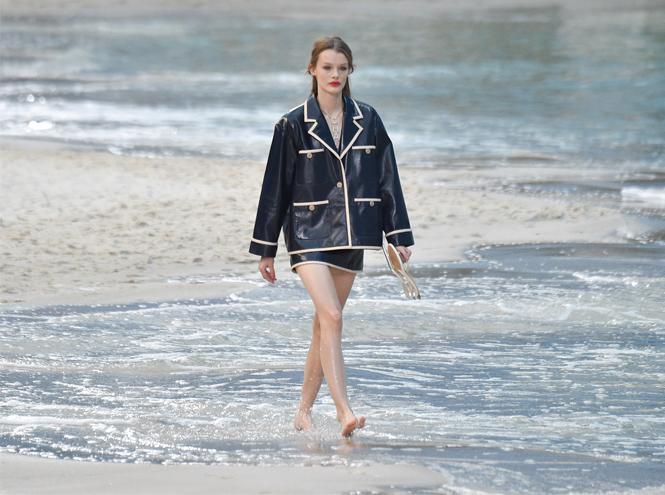 Фото №2 - Босиком по песку: грандиозное шоу Chanel SS 2019 на пляже