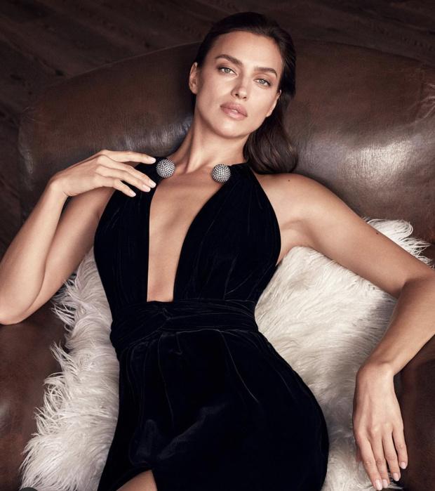 Фото №1 - Олицетворение соблазна: Ирина Шейк в черном бархате— лицо нового парфюма Oscar de la Renta