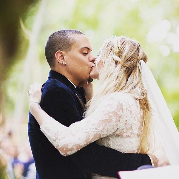 Фото №1 - Эшли Симпсон и Эван Росс наконец-то поделились свадебными фото