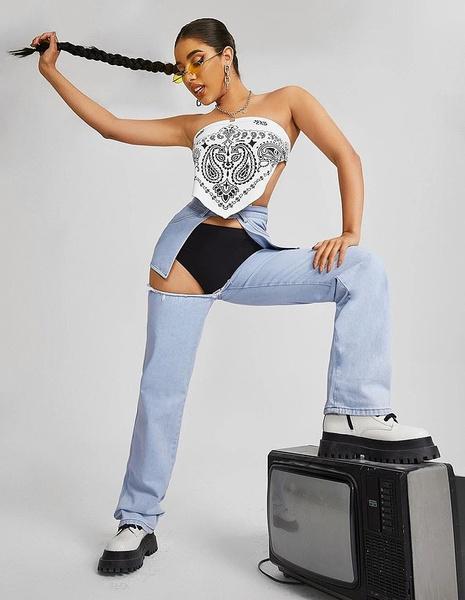 В Сети обсуждают «дикие» джинсы, в которых видно нижнее белье