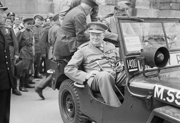 Черчилль, конечно, знал, что его законное место на заднем ряду. Но кто же прикажет ему пересесть, если он Черчилль?!