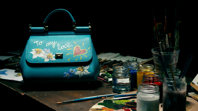 Фото №1 - Распишите и дарите: сумка Dolce & Gabbana с индивидуальным рисунком
