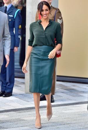 Фото №8 - 10 стильных кожаных платьев, как у королевы Летиции