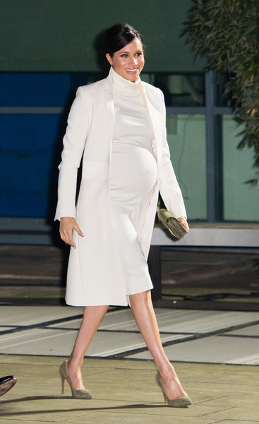 Фото №1 - Их можно носить и после родов: 20 модных образов для беременных на весну