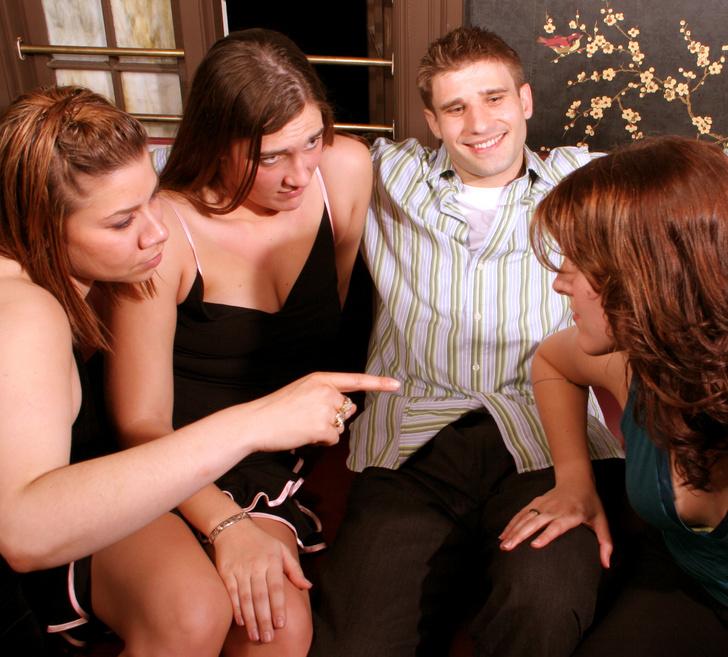 Фото №3 - 8 признаков, что за тебя идет борьба между девушками