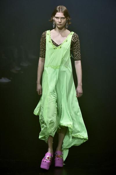 Фото №1 - Новые кроксы Balenciaga выглядят ужасно…