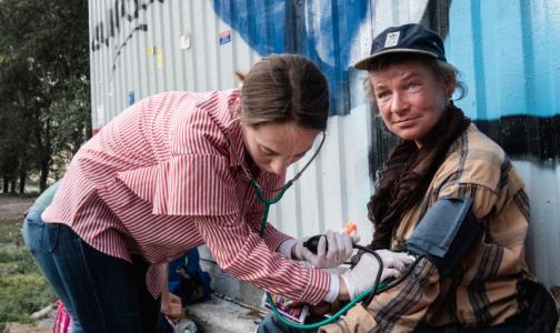 Фото №1 - Петербургские медики, спасающие бездомных, нашли способ привлечь внимание горожан и организаций