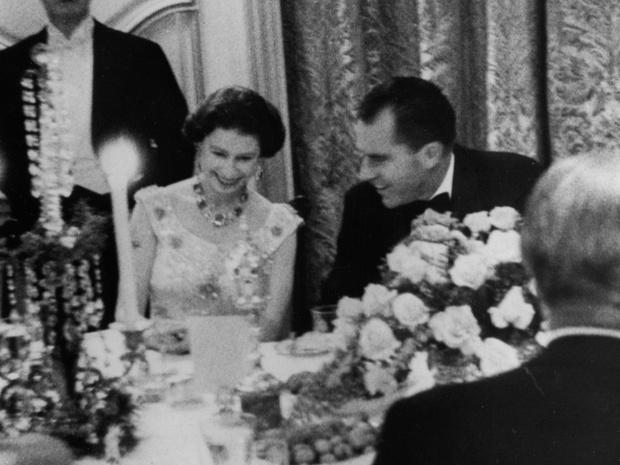 Фото №2 - Сколько человек могут сидеть за обеденным столом с Королевой (и почему)