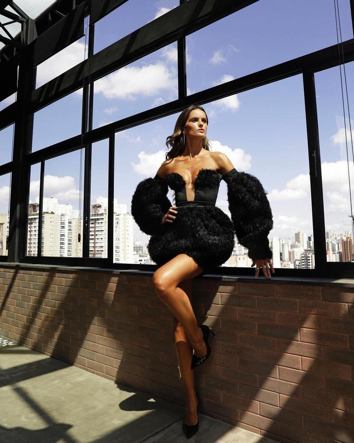 Фото №1 - Маленькое черное платье с большим декольте: провокационный образ Изабель Гулар