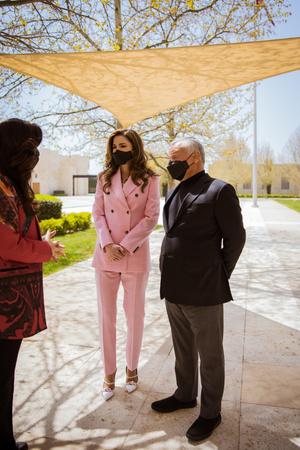 Фото №1 - Королева Рания в костюме Calvin Klein оттенка сахарной ваты