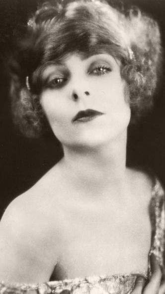 Фото №3 - От 1920-х до наших дней: как менялась мода на макияж губ за последние сто лет