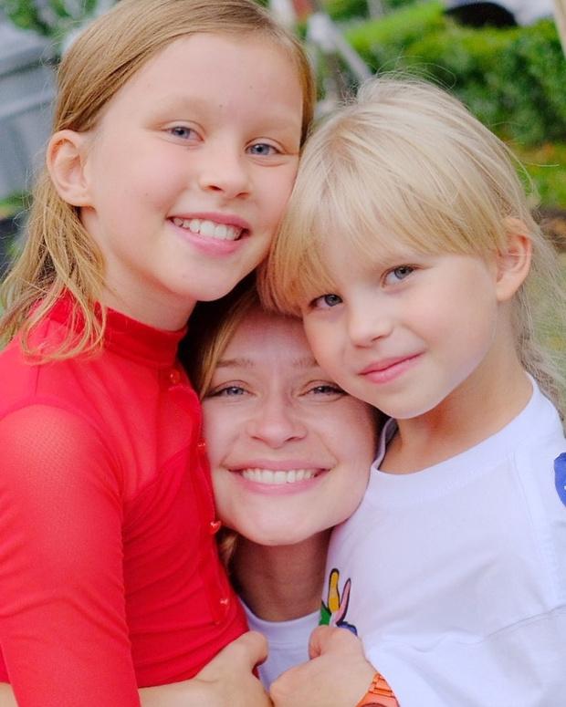 Фото №1 - Юлия Пересильд показала старшую дочь от Алексея Учителя
