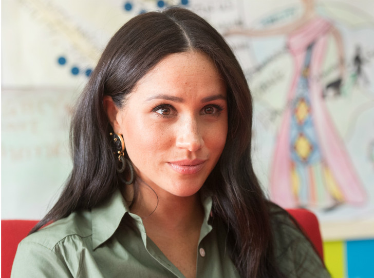 Фото №1 - Герцогиня Мистика: зачем Меган носит «магические амулеты», и что они означают