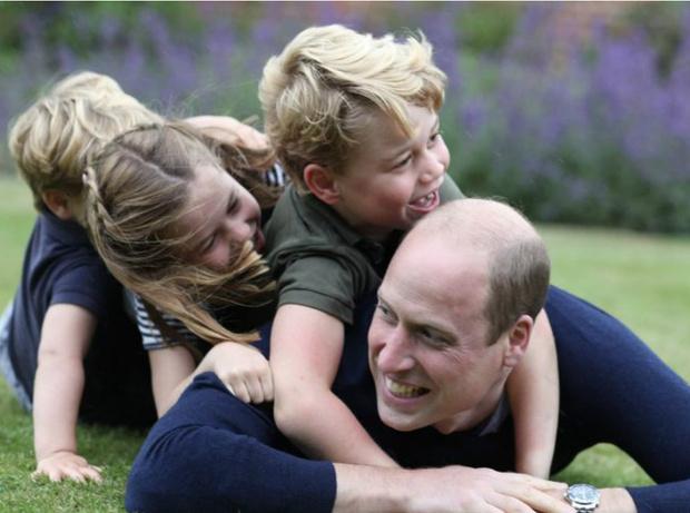 Фото №1 - Отец года: как Кейт поздравила Уильяма с двумя праздниками сразу