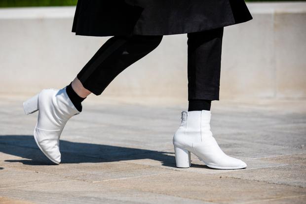 Фото №1 - Что, если не кеды? Рассказываем про обувь, которую стоит купить этим летом