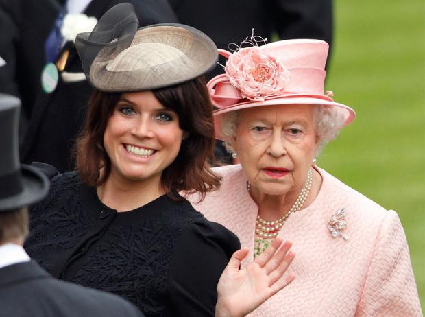 Фото №1 - Как Королева Елизавета поддерживает внуков