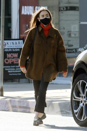 Фото №2 - Где купить точно такую же куртку-рубашку, как у Лили Коллинз, и еще 4 похожие альтернативы