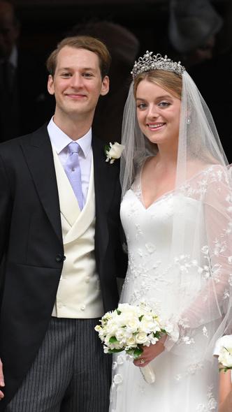 Фото №5 - Две королевские свадьбы сразу: крестница Чарльза и племянница Елизаветы вышли замуж в один день (и их платья точно войдут в историю)