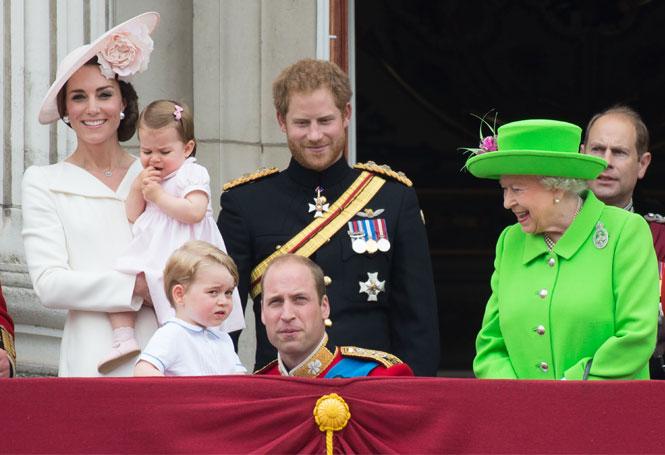Фото №2 - Как Королева Елизавета поддерживает внуков