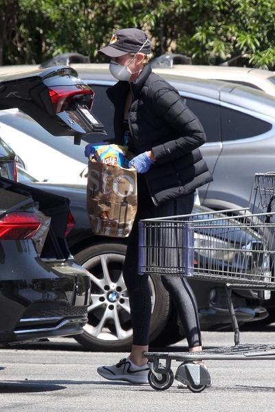 Фото №3 - Карантинный стиль: Шарлиз Терон вышла в магазин в маске и лосинах