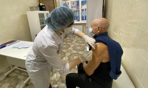 Фото №1 - Привились самые сознательные, остальные думают. Почему петербуржцы не спешат вакцинироваться от коронавируса
