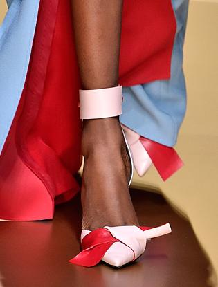 Фото №17 - Плащи Haute Couture и туфли с бантами на парижском показе Versace