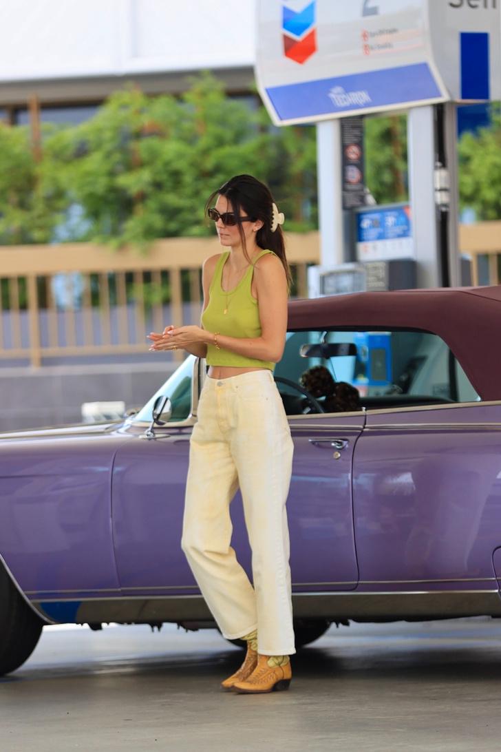 Фото №2 - Какие джинсы должны быть в гардеробе у каждой этим летом? Модная подсказка от Кендалл Дженнер