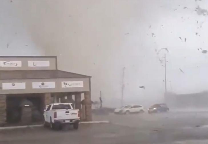 Фото №1 - По Арканзасу прошлось мощное торнадо, и местным жителям удалось снять видео из эпицентра
