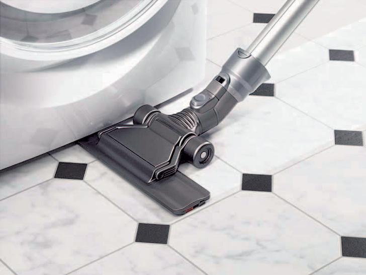 Сверхплоская насадка-щетка (Dyson) позволяет очистить пол даже под корпусом стиральной машины.