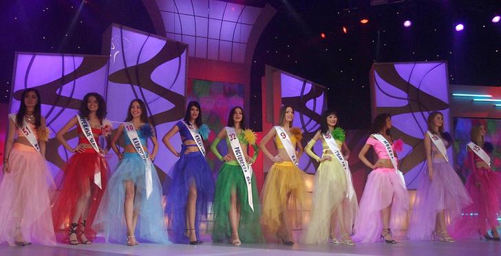 Алена Гаврилова на конкурсе «Мисс Россия 2004» (вторая справа)