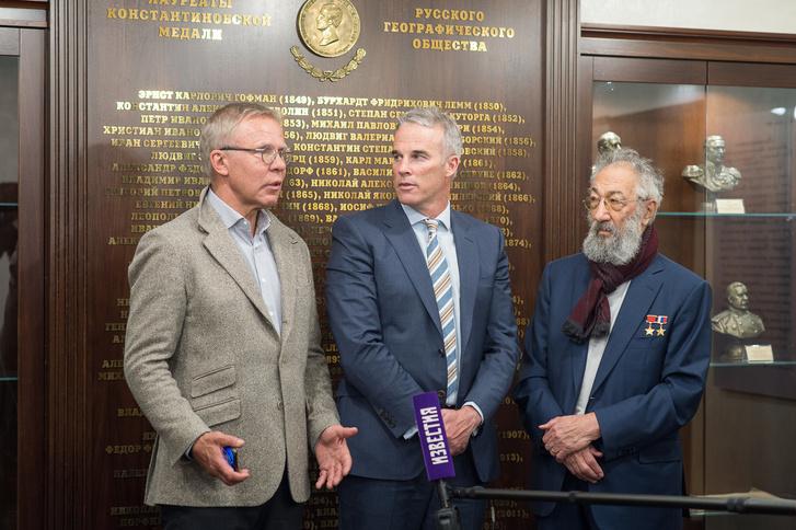 Фото №1 - В московской штаб-квартире РГО состоялась встреча Артура Чилингарова и Льюиса Пью