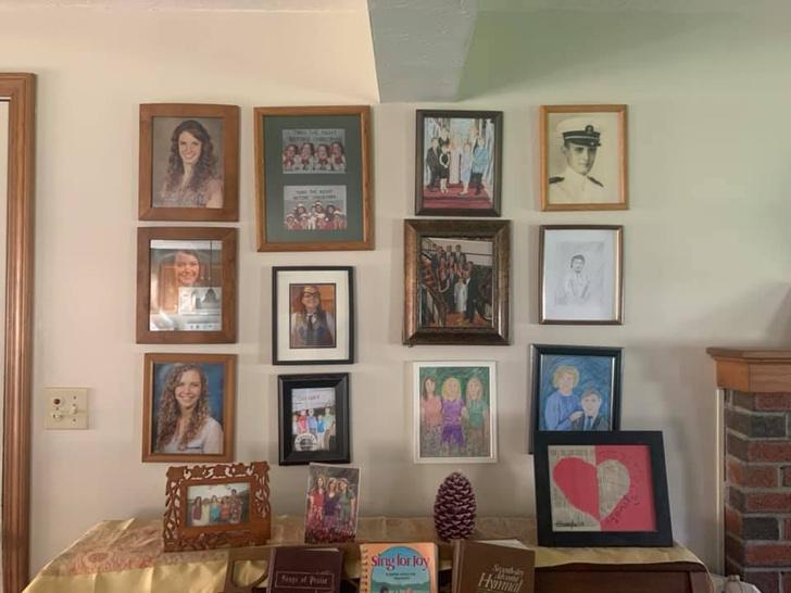 Фото №7 - Дочь каждый день подменяла по одному семейному фото неумелыми рисунками, а родители заметили это только на 11-й день