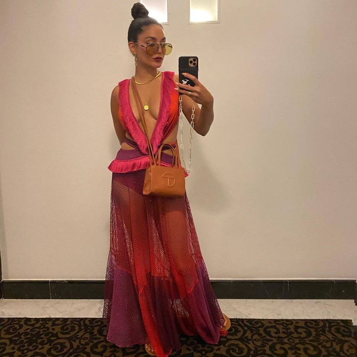 Фото №1 - С глубоким декольте и разрезами на талии: яркое платье Ванессы Хадженс, которое сведет с ума любого