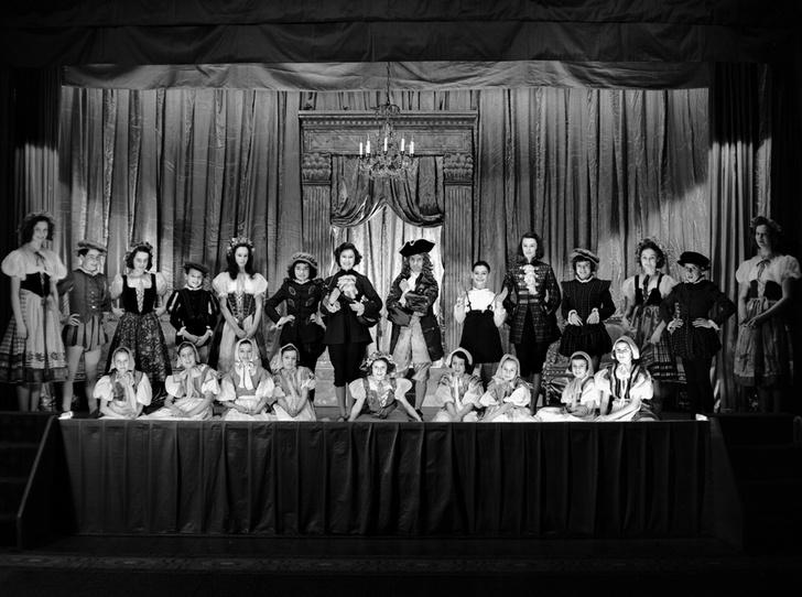 Фото №17 - Рождественский театр Виндзоров: как принцессы Елизавета и Маргарет поднимали боевой дух нации