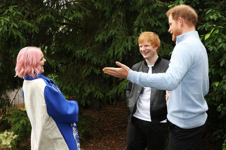 Фото №1 - «Она очень спокойная». Принц Гарри впервые рассказал о своей маленькой дочери Лили