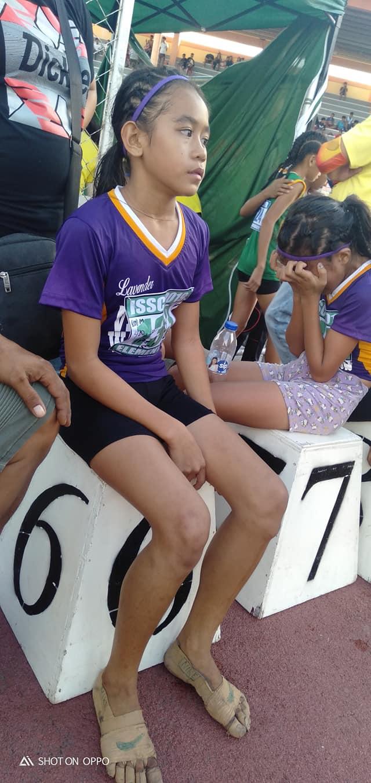 Фото №2 - Филиппинская школьница завоевала три золотые медали с бинтами на ногах вместо кроссовок (вирусное фото)