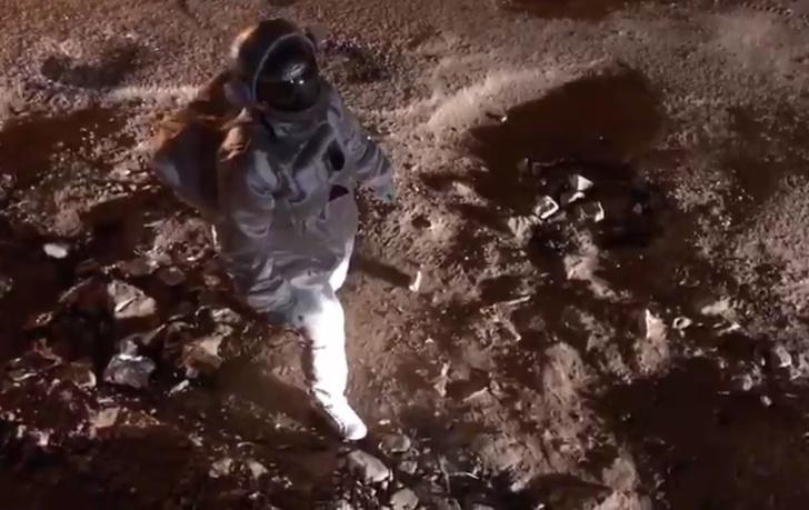 Фото №1 - Индиец снял вирусное видео про «высадку на Луну»