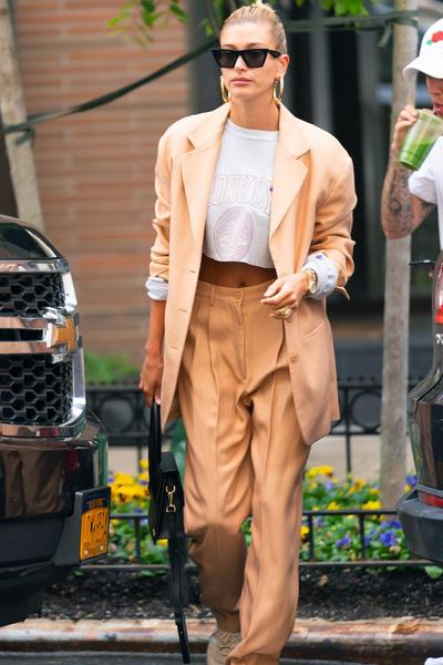 Фото №3 - Долой юбки: 6 стильных образов Хейли Бибер