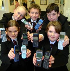 Фото №1 - В индийских школах запретили пользоваться мобильниками