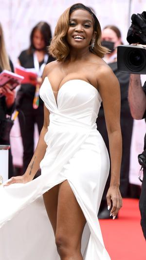 Фото №23 - Теле-BAFTA 2021: самые стильные знаменитости на красной дорожке
