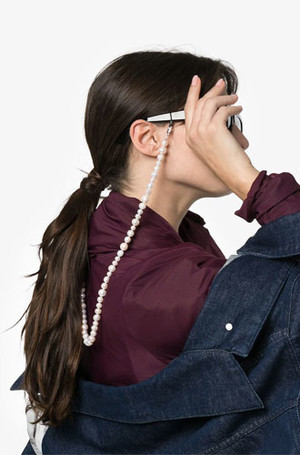 Фото №11 - Стильный прием: 10 цепочек, которые сделают ваши очки еще моднее