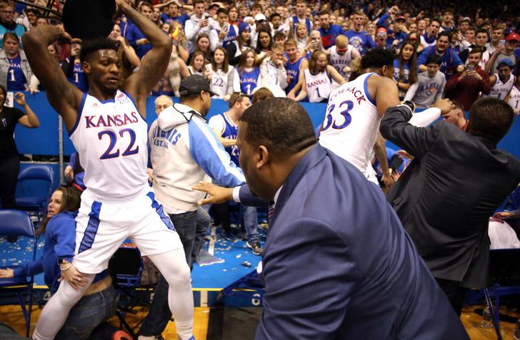 Фото №2 - В Канзасе на матче по баскетболу произошла массовая драка с применением стульев (видео)