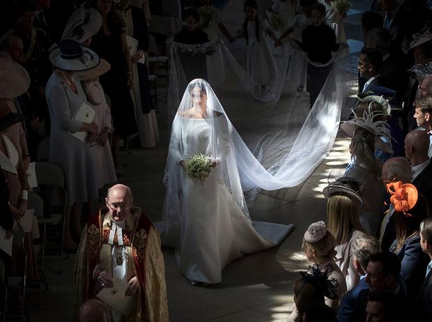 Фото №1 - Почему свадебное платье Меган Маркл было таким скромным (на самом деле)