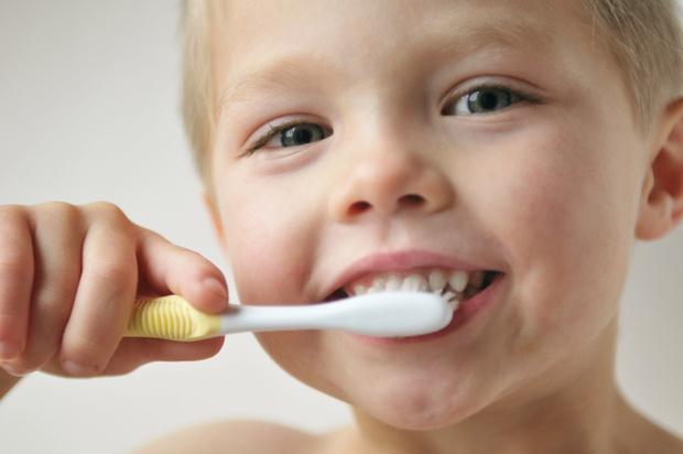 Как защитить молочные зубы ребенка от кариеса