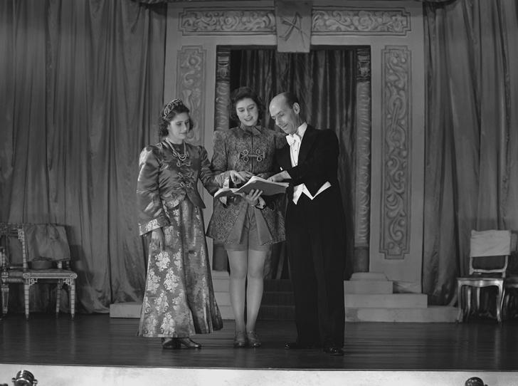 Фото №26 - Рождественский театр Виндзоров: как принцессы Елизавета и Маргарет поднимали боевой дух нации