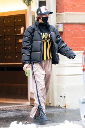 Фото №3 - Полоска, полоска и еще раз полоска: вертикальная на свитере и брюках, горизонтальная— на пуховике Беллы Хадид